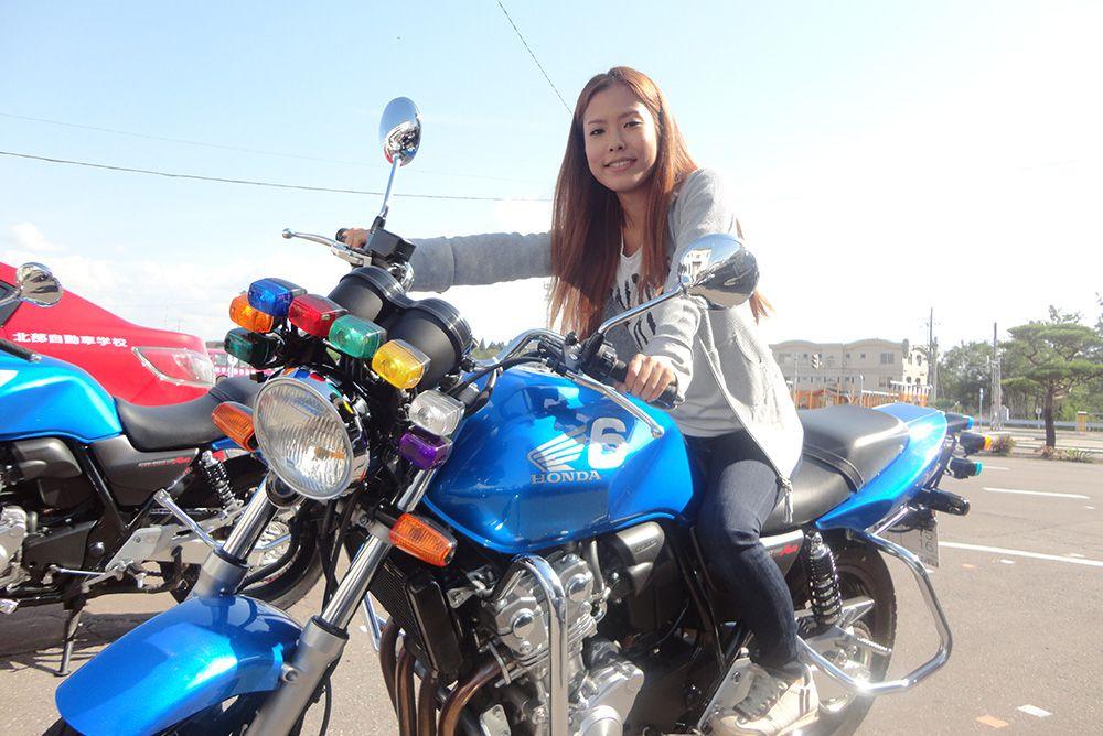 教習バイクにまたがりポーズ